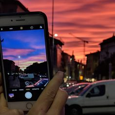 Un pixel 2 che fotografa un iPhone che fotografa un tramonto che non fotografa nessuno. #pixel2xl #weekend #sunset #tramonto #autunno #iphone