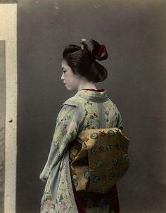 Geisha - Albumen print, hand colored - photo by Tamamura Kōzaburō - ca. Old Photography, Portrait Photography, Japanese Culture, Japanese Art, Colorful Pictures, Old Pictures, Die Geisha, Japan Photo, Oriental Fashion