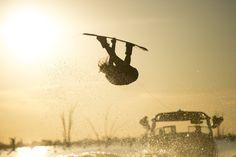 Dentro da categoria 'Lifestyle', a foto mostra a atleta Chloe Mills praticando Wake Board em Yarrawonga, Austrália.