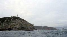 Faro de Punta Roncadoira. Lugo. Galicia. Torre cilíndrica anillada por dos torres circulares, está situado en Xove, en la quijada oriental de la embocadura de la ría de Viveiro.