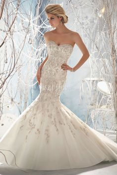 Wedding Dress witha mermaid style and has a sweetheart strapless neckline and bling. ♥♥♥