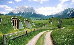 hobbit-holes-eco-friendly-houses-green-magic-homes-fb.png A company called Green Magic Homes came up with an idea to build tiny prefabricated houses that look exactly like Hobbit holes and can be assembled by 3 people in a few days time! Prefabricated Houses, Prefab Homes, Earthship, Hobbit Hole, The Hobbit, Casa Hobbit, Hobbit House Kit, Casa Dos Hobbits, Green Magic Homes