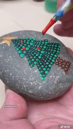 Rock Painting Patterns, Dot Art Painting, Rock Painting Designs, Pebble Painting, Stone Painting, Stone Crafts, Rock Crafts, Christmas Ornament Crafts, Christmas Decorations To Make