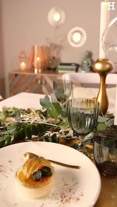 Süßer, äh Verzeihung grüner die Glocken nie klingen und während sich einige Weihnachtsmuffel noch vor dem Fest der Liebe sträuben, zeigen wir euch im dritten Teil aus unserer Serie festliche Tischdeko, mit welchen Tipps und Tricks man selbst mit jeder Menge natürlichen Elementen für einen großen weihnachtlichen Wow-Effekt an einer gedeckten Tafel sorgen kann. Online Business Opportunities, Ramadan, Diy Bedroom Decor, Food Videos, Tablescapes, Catering, Table Settings, Dining Table, Table Decorations