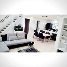 【ntmchan】さんのInstagramをピンしています。 《内覧の為に片付けたので記念に!笑 ・ お部屋が綺麗っていいわ~! 今日のお客さん我が家と同じく リビング広い!を重視したい方でした☺︎︎ ・ 参考になれたらいいなぁ♡ ・ ・ #一条工務店 #アイスマート #内覧 #リビング #livingroom #キッチン #アイランドキッチン #モノトーン #白黒 #オープンステア #アクアリウム #モノトーンインテリア #アルモニア #ソファ #トイプードル》