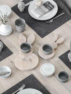 Aus einem Holzbrettchen und einer Stichsäge sowie der passenden Vorlage wird einer hübscher Osterhase aus Holz für die Tischdekoration. Hier geht es zur Anleitung.