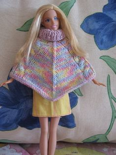 Crochet Toy Barbie Clothes Ravelry: Poncho Barbie pattern by Silvana Catallo - Sewing Barbie Clothes, Knitting Dolls Clothes, Barbie Clothes Patterns, Baby Doll Clothes, Crochet Doll Clothes, Crochet Barbie Patterns, Knitted Doll Patterns, Knitted Dolls, Free Barbie