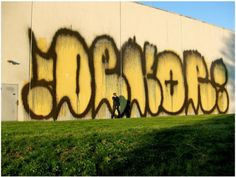 Huge Dekor throw-up, Graffiti