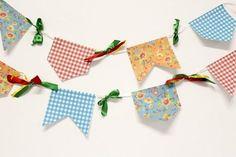 As bandeirinhas coloridas não podem faltar nas festas juninas, por isso aprenda a fazê-las conosco ;) #festajunina #diy #decoração #bandeirinha #junina