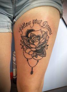 tattoo tatouage fleur lettrage noir et blanc cuisse