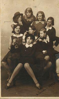 Funny pictures about Gang Of Teen Girls. Oh, and cool pics about Gang Of Teen Girls. Also, Gang Of Teen Girls photos. Vintage Abbildungen, Vintage Beauty, Vintage Girls, Vintage Prints, Vintage Pictures, Vintage Images, Film Noir Fotografie, Foto Poster, Vintage Photographs