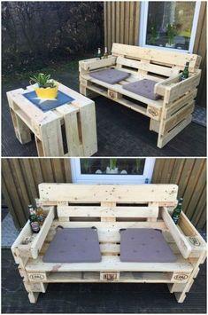 canapé palette, banquette en palette, salon de jardin en palette, bois clair, coin convivial, meuble avec des coussins en gris pastel, table avec couverture carrée grise et petit pot jaune avec plante verte