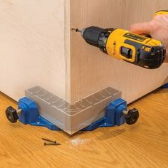 Woodworking School Rockler Clamp-It® Corner Clamping Jig - Firmly holds panels at a precise right angle, freeing up your hands so you can drive fasteners.
