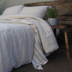 fde68e6ffbd8 Dit is linnen dekbedovertrek Stripe Naturel. Een zandkleurig/wit streepje.  Het is gemaakt. Casa Comodo