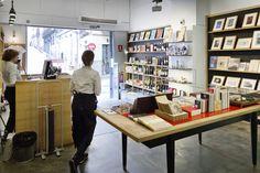 La Fábrica er en interessant og yderst produktiv kunstfabrik. Ud over at huse et galleri, et forlag, en velassorteret fotoboghandel, butik og café står La Fábrica også bag nogle af Spaniens største kunstfestivaler og udstillinger.
