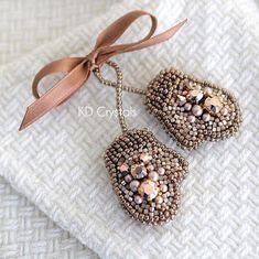 Брошь варежки с золотыми кристаллами Сваровски :) У каждой рукавицы на обратной стороне…」 Bead Jewellery, Diy Jewelry, Beaded Jewelry, Jewelery, Handmade Jewelry, Jewelry Design, Jewelry Making, Beaded Crafts, Beaded Ornaments