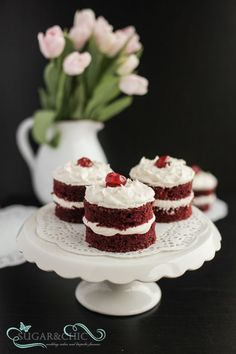 Red velvet cakes with marshmallow frosting Velvet Cake, Red Velvet, Marshmallow Frosting, Vanilla Cake, Sugar, Cakes, Chic, Desserts, Food