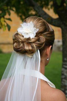 Különleges konty a menyasszonyi fályol fölött