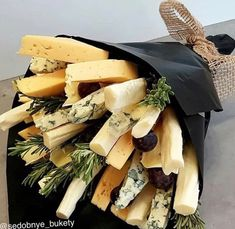 Gourmet Gifts, Food Gifts, Diy Gifts, Candy Gift Box, Candy Gifts, Roquefort Cheese, Food Bouquet, Antipasto Platter, Luxury Flowers