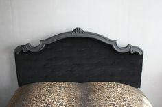 Tête de lit construite entièrement à partir de lambris de bois, recouverte de ouate et de velours, capitonnée à la main... Les boiseries sont les vestiges d'une ancienne tête de lit récupérée dans un jardin.                                                                                                                                                                                 Plus