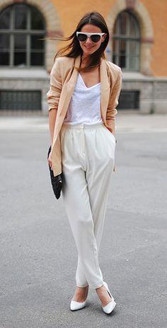 เสื้อเบลเซอร์สีนู้ด Uterque, เสื้อยืดสีขาว Zara, กางเกงสีขาว Zara, รองเท้า Zara, กระเป๋าคลัทช์ Miu Miu
