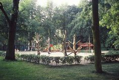 Neighbourhood playground in Delft, the Netherlands, using a number of re-engineered trees. Park Playground, Playground Ideas, Natural Playground, Delft, Climbing, Netherlands, The Neighbourhood, Adventure, Trees