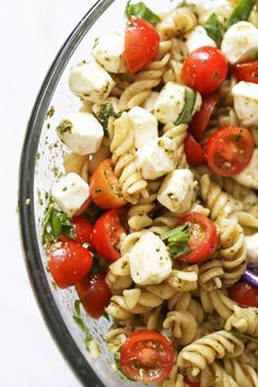 Caprese Pasta Salad I eat like a starving piggy every year this very week. We always make way too much food for the Super Bowl and never want any of it to go to waste. Eat it, of course. For breakfast, lunch and dinner until it's gone. Vegetarian Recipes, Cooking Recipes, Healthy Recipes, Delicious Recipes, Caprese Pasta Salad, Penne Pasta Salads, Caprese Salad Recipe, Healthy Pasta Salad, Easy Pasta Salad