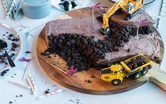 Med denne enkle oppskriften på sjokoladekake kan du lage fem ulike og dekorative bursdagskaker. Se de oppfinnsomme kakene her!