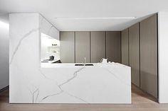 Cozinha com mármore branco. Niza .: As cozinhas dos apartamentos, cozinhas projeto, cozinhas brancas, interiores cozinhas, cozinhas Minimal, Branco Mármores, minimalista de Cozinha, cozinhas modernas, cozinhas brancas