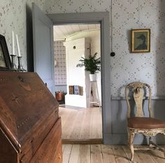 Kanske en grå bas i vardagsrummet Scandinavian Interior, Home Interior, Interior Decorating, Interior Design, Ranch Decor, Cottage Kitchens, Swedish House, Cottage Interiors, White Rooms