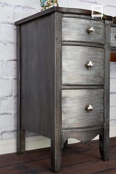 People Are Loving This Metallic Furniture Flip. How to: https://thewoodspa.com/2016/07/06/a-desk-from-the-future-a-makeover-with-metal-effects/