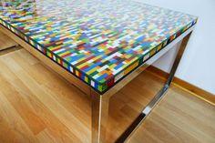 Guau! Una mesa hecha con piezas de lego. El resultado no podría ser más colorido y original