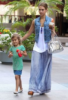 Jessica Alba Metallic Shoulder Bag - Jessica Alba Looks - StyleBistro Mode Outfits, Chic Outfits, Fashion Outfits, Fashion Pants, Spring Summer Fashion, Spring Outfits, Maxi Skirt Outfits, Jean Vest Outfits, Maxi Skirts