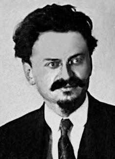 Leon Trotski,hij heet eigenlijk Lev Davidovitsj Bronstein is geboren in Cherson, Keizerrijk Rusland op 7 november 1879 en is overleden in Coyoacán (zuiden van Mexico-Stad) op 21 augustus 1940) trotski was aanvankelijk een aanhanger van de mensjewistische internationalisten van de Russische Sociaaldemocratische Arbeiderspartij. Hij ging bij de bolsjewieken net vóór de Oktoberrevolutie van 1917, en werd uiteindelijk een leider binnen de partij. Trotski deed ook mee aan de oktoberrevolutie.