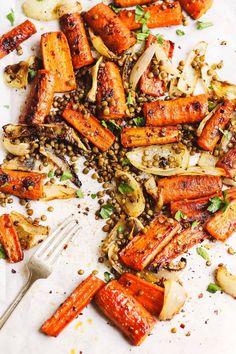 Sheet Pan Maple Roasted Carrots with Crispy Lentils Vegetarian Mushroom Recipes, High Protein Vegetarian Recipes, Lentil Recipes, Healthy Snacks, Vegetarian Food, Healthy Recipes, Photo Food, Healty Dinner, Carrot Recipes