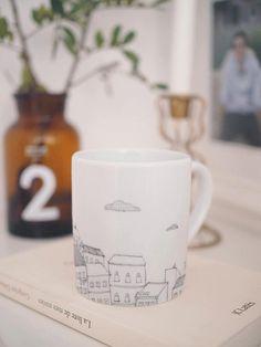 Mug à café ou thé avec paysage maison et nuage  par ChaleurUrbaine