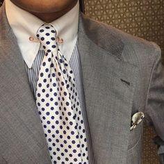 Chad Park of BnTailor wearing a Viola Milano White Floral silk tie. Gentleman Mode, Gentleman Style, Sharp Dressed Man, Well Dressed Men, Dress Suits, Men Dress, Classic Suit, Mens Fashion Suits, Suit And Tie