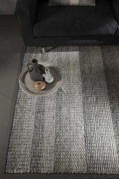 Grijs gestreept karpet Repeat in zachte grijze tinten - Woonwinkel Alle Pilat #karpet #vloerkleed #grijs #interieur #inspiratie