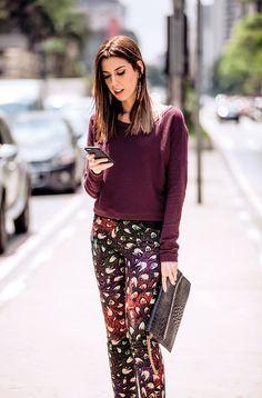 A blusa com um dos tons da estampa da calça deixa o look elegante mais ainda sim…