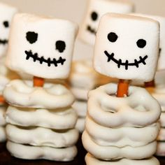 An easy halloween treat to please all the kiddos! Pro tip: buy the cupcakes. Fun Halloween snack ideas for kids, kids Halloween party ideas Halloween Party Snacks, Halloween Desserts, Hallowen Food, Halloween Goodies, Snacks Für Party, Halloween Birthday, Holidays Halloween, Halloween Diy, Halloween Cupcakes