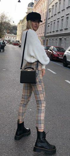 10 produções de inverno para copiar das fashion girls. Boina preta, suéter de pelinho branco, calça xadrez bege, coturno preto