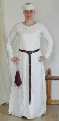 Hochmittelalter Untergewand aus weißem Leinen. Die Ärmel sind eng und überlang, damit sie am Handgelenk Falten werfen. Alle sichtbaren Nähte mit Leinengarn handgenäht.   Natürlich würde ich in der Öffentlichkeit niemals NUR mit diesem Kleid herumlaufen, es handelt sich schließlich um Unterwäsche...