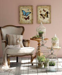 Muy romántico  Un rincón decorado con jaulas y plantas. Veladores de India & Pacific. Butaca de Deco & Co. Jaulas de Jardiland y L'Espiga. C...