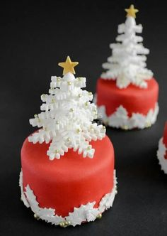 44 Easy Christmas Cake Decoration Ideas For New Year - Cakes - Gateau Christmas Cake Decorations, Christmas Cupcakes, Christmas Sweets, Christmas Cooking, Holiday Cakes, Noel Christmas, Christmas Goodies, Xmas Cakes, Snow Globe Cupcakes