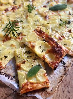 La sfogliata di patate e stracchino è una torta rustica salata molto facile Hawaiian Pizza, Vegetable Pizza, Snacks, Vegetables, Pane, Food, Finger, Instagram, Pies