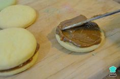 Alfajores de maicena - ¡Deliciosos con dulce de leche! Pudding, Coco, Desserts, Cakes, Recipes, Cornstarch Cookies, Sweet And Saltines, Dessert Recipes, Breakfast