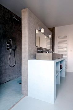 Shower area behind the wall | The separation between the shower and the sink in the bathroom saves space and looks very modern. Sand-colored bathroom with white appears in natural form.