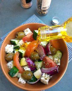 Salada grega (Choriátiki Saláta, com tomate, cebola roxa, pepino, queijo e azeitonas)