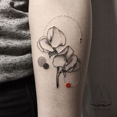 Sweet peas#tattoo #tatt #dotwork #linework #flowers #naturetattoo #ink #inked  #geometry #customtattoo #geometrictattoo #minimal #flowertattoo
