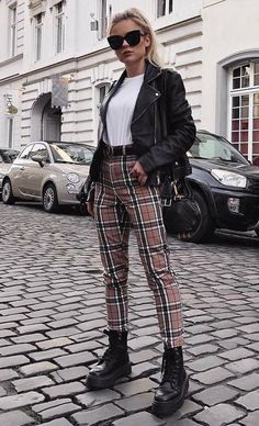 süßes Outfit / karierte Hose Stiefel schwarze Tasche Bikerjacke T-Shir. tenue mignonne / pantalon à carreaux bottes sac noir veste motard t-shirt . Outfit Leather Jacket, Plaid Pants Outfit, Biker Jacket Outfit Women, Leather Jackets, Biker Boots Outfit, Leather Outfits, Black Jacket Outfit, Plaid Jeans, Ripped Jeans